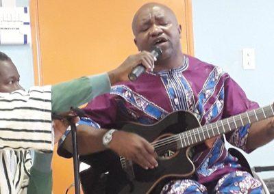 Marcel nous interprète un chant religieux Africain