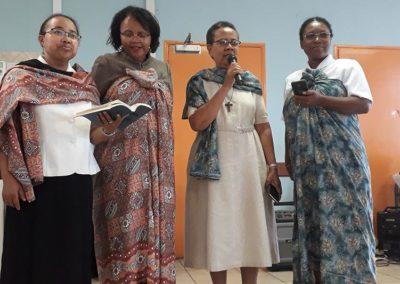 Groupe de femmes interprétant un chant religieux d'Afrique