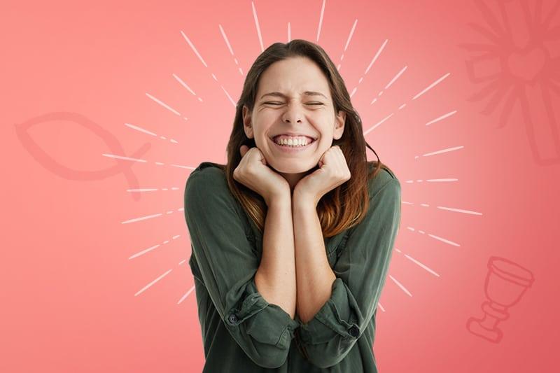 une femme sourit et pose la tête dans ces deux mains