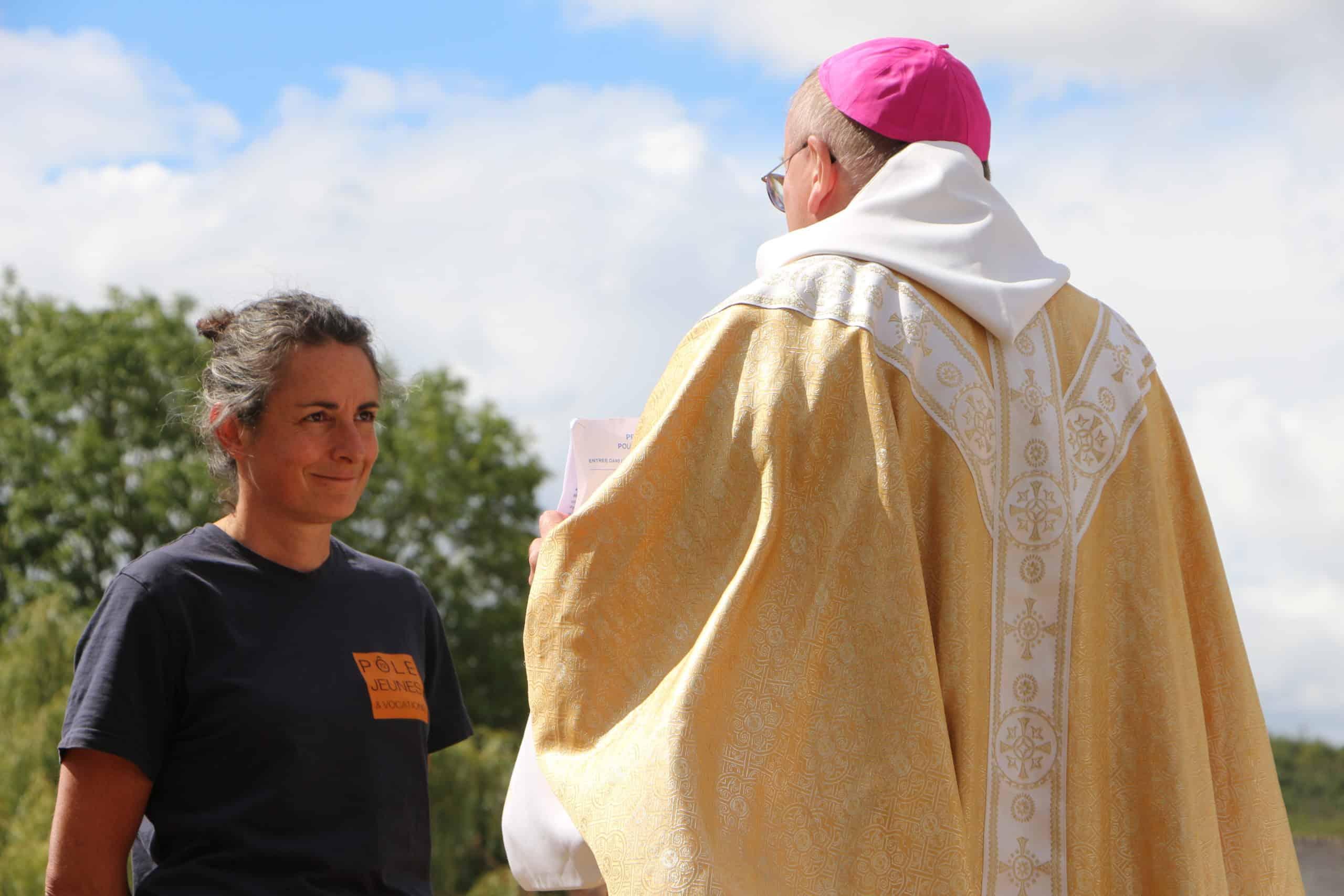 Marie discute avec l'évêque