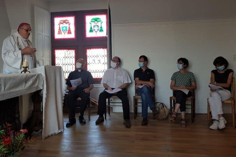 Mgr Le Saux dans la chapelle de l'évêché rencontre les nouveaux directeurs d'établissement