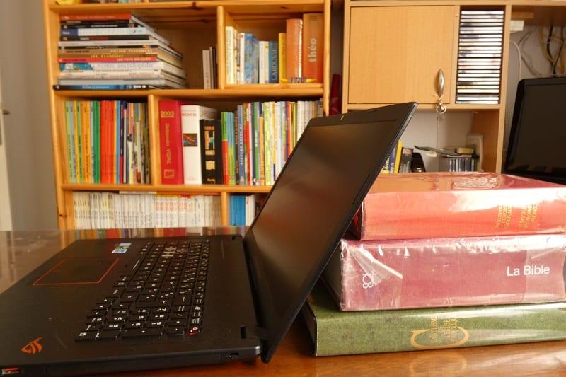 ordinateur ouvert sur un bureau