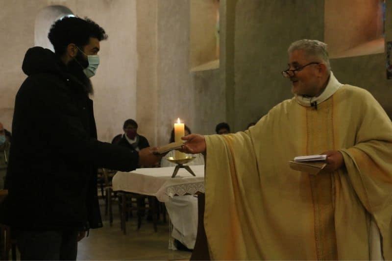 le père Cador remet à un musulman la lettre Fratelli Tutti du Pape