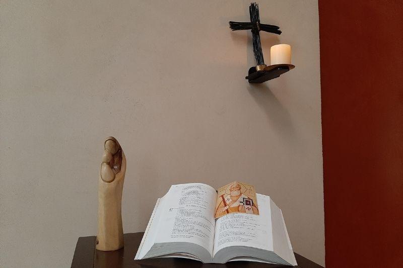 Bible ouverte et vierge Marie