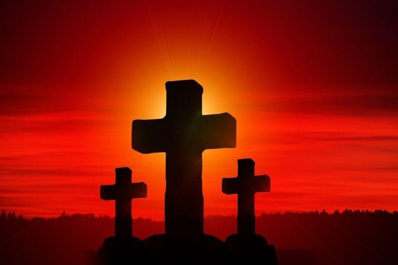 les croix du calvaire sur fond de soleil couchant