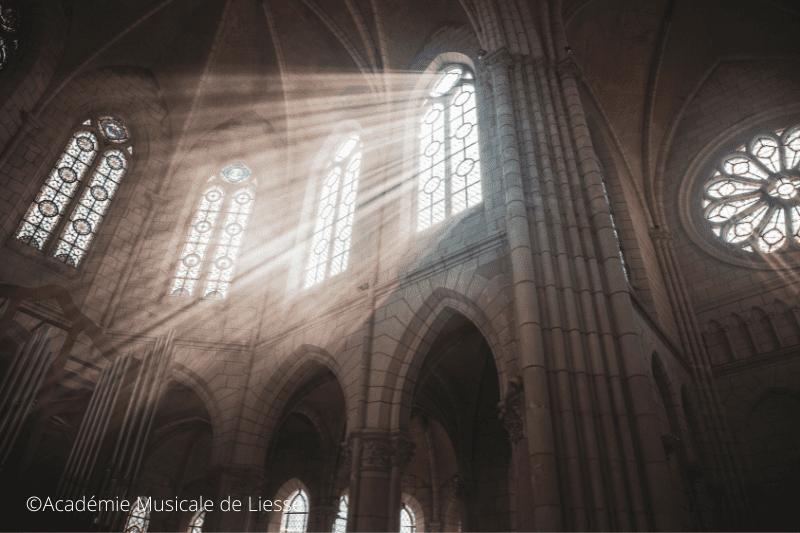 rayon de lumière qui entre par un vitrail dans la chapelle de Précigné